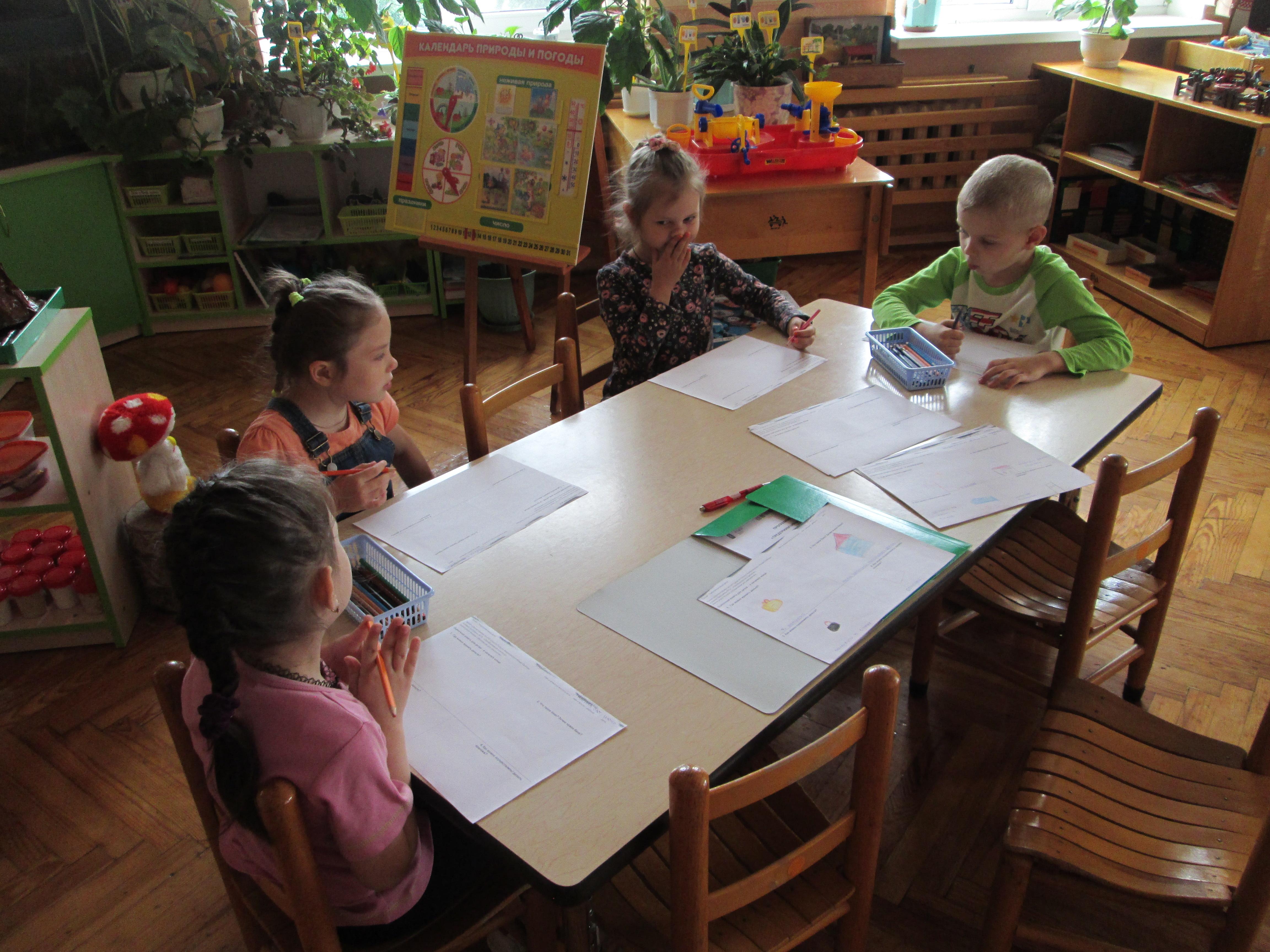 dzieci-podczas-wypelniania-ankiety